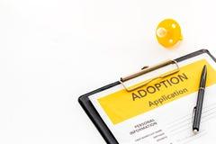 Zastosowanie adoptuje dziecka z atrap? na bia?ym tle obrazy stock