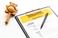 Zastosowanie adoptuje dziecka z zabawką na białym tle obrazy royalty free