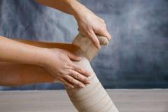 Zastosowanie elastyczny uciskowy bandaż obraz stock