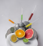 Zastrzyk w cytrus owoc - pomarańcze, grapefruitowa, cytryna, wapno Pojęcie dla genetycznie zmodyfikowanego jedzenia Gmo fotografia stock