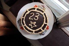 Zasycha dekorującą czekoladę z liczbą dwadzieścia trzy na talerzu dalej świętuje 23 Luty Zdjęcia Stock