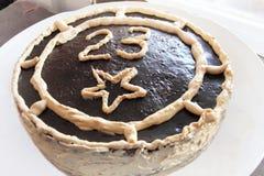 Zasycha dekorującą czekoladę z liczbą dwadzieścia trzy na talerzu dalej świętuje 23 Luty Obraz Royalty Free