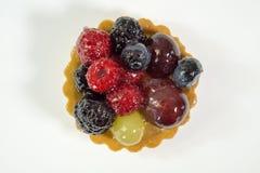 Zasycha z świeżymi życiorys owoc, odizolowywa, winogrona, malinki, czernicy, odgórnego widoku fotografia, biały tło, obrazy royalty free