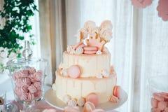 Zasycha z świeczką dla pierwszy urodziny na deseru stojaku Wielopoziomowy urodzinowy tort zdjęcie royalty free