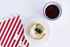 Zasycha z czarną jagodą, herbacianą filiżanką, marshmallows i paskującą papierową torbą, obrazy royalty free