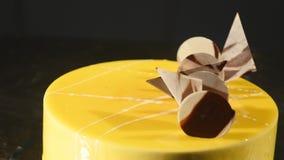 Zasycha z pomarańczowym mousse i czekoladą w lustrzanym glazerunku Selekcyjna ostrość zdjęcie wideo