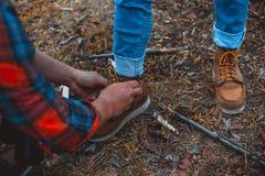 Zasznurowywa w górę butów Jaźń jest dawać miłości do siebie zdjęcie stock
