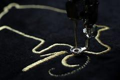Zaszywanie 2019 chińskich nowy rok motywów hafciarską maszyną z cenną złocistą przędzą na czerni tkaninie velvetely obraz royalty free