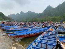 Zatłoczona łodzi stacja przy Huong pagodą - Wietnam Marzec 2, 2019 obrazy royalty free