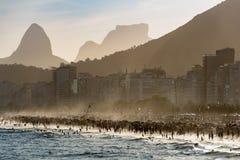 Zatłoczona Copacabana plaża w Rio De Janeiro zdjęcie stock