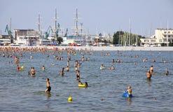 Zatłoczona Miejska plaża w Gdynia, morze bałtyckie, Polska Obrazy Stock