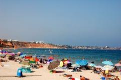 Zatłoczona plaża ciepły summersday zdjęcia royalty free