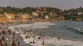 Zatłoczona plaża na wakacje - Kovalam, Trivandrum obraz stock