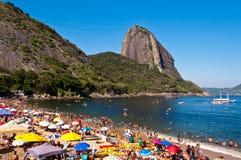 Zatłoczona rewolucjonistki plaża z widokiem Sugarloaf góra w Rio De Janeiro, Brazylia zdjęcia royalty free