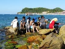 Zatłoczona rodzinna biel plaża Puerto Galera Filipiny Obrazy Stock