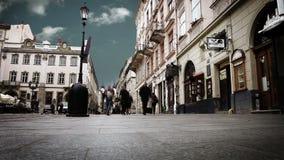 Zatłoczona stara miasto ulica z czasu upływu niebem. Lviv, Ukraina zdjęcie wideo