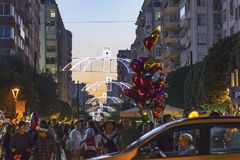 Zatłoczona ulica, excited ludzie i balonowy sprzedawca przy Pomarańczowym okwitnięcie festiwalem w Adana prowinci Turcja, obrazy stock