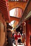 Zatłoczona wąska romantyczna aleja w Monaco mieście Zdjęcia Stock