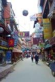 Zatłoczone ulicy z billboardami i podpisują wewnątrz Thamel, Kathmandu, Nepal obrazy stock