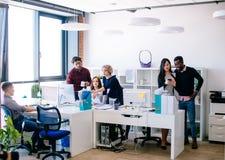 Zatłoczony biuro z młodymi aktywnymi pracownikami zdjęcia royalty free
