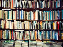 Zatłoczony półka na książki w Tartu, Estonia Fotografia Royalty Free