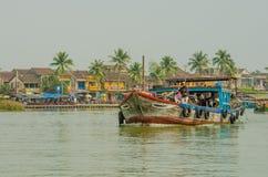 Zatłoczony prom odtransportowywa ludzi wzdłuż Thu BÃ ² n rzeki w Wietnam Obraz Stock