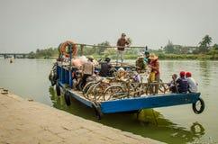 Zatłoczony prom odtransportowywa ludzi wzdłuż Thu BÃ ² n rzeki w Wietnam Fotografia Royalty Free