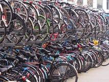 Zatłoczony rowerowy magazyn dla dojeżdżających przy Leiden Obrazy Stock