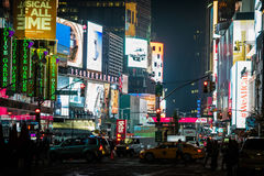 Zatłoczony times square przy nocą i DOWODZONYM Reklamowym oświetleniem w górę th Zdjęcia Royalty Free