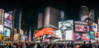 Zatłoczony times square Wysoka Rozdzielczość panorama przy nocą i PROWADZĄCYM A Obrazy Royalty Free