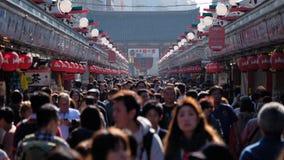 Zatłoczony turystyczny miejsce przeznaczenia Nakamise-dori zakupy ulica przy Senso-ji świątynią w Tokio, Japonia obraz stock