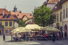 Zatłoczona chodniczek kawiarnia, Sibiu, Rumunia Obraz Royalty Free