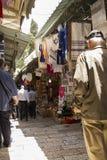 Zatłoczona targowa ulica w antycznej coblestone alei w Starym C Zdjęcie Stock