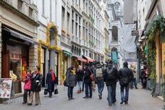 Zatłoczony uliczny Ruciany Au Beurre w centrum Bruksela Zdjęcia Stock