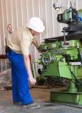 Mechanik słuzyć tokarkę obraz stock