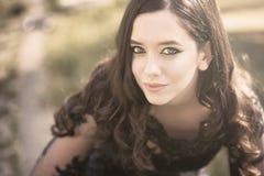 Zatarty żółty portret piękna dziewczyna zdjęcia royalty free