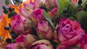 Zatarty bukiet różowe róże jest przędzalniany wokoło swój osi zbiory wideo