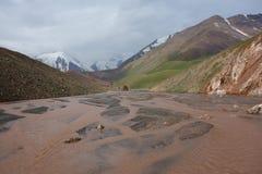 Zatoczka z ogromną liczbą ręki w górach zdjęcia stock