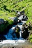 Zatoczki spływanie przez skał Zdjęcia Stock
