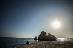 Zatoka Aphrodite Cypr Dennego brzeg skały kamienie Niebieskie niebo dzień Obraz Royalty Free