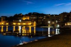 Zatoka cisza w błękitnej godzinie, Sestri Levante w Liguria, Włochy fotografia stock