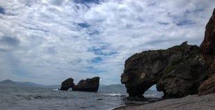 Zatoka krabb w wszystkie swój chwale Skały, morze i piasek, Cudowny nastrój i gorący dzień Zdjęcia Stock