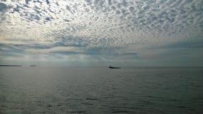 Zatoka Meksykańska z well łódkowatymi pięknymi chmurami i niebem Obraz Royalty Free