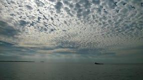 Zatoka Meksykańska z well łódkowatymi pięknymi chmurami i niebem Zdjęcie Stock