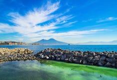 Zatoka Naples z Vesuvius wulkanem przy tłem obrazy royalty free