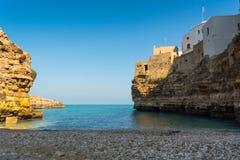 Zatoka Polignano w Włochy, klacz Budował na falezie blisko Bari obraz stock