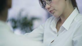 Zatrudnieniowa agencja, żeński kierownik opowiada praktykant przy biurem w eyeglasses zdjęcie wideo
