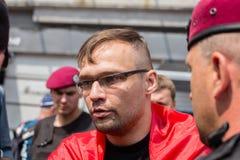 Zatrzymanie członek ochotnicza batalionowa Sich policja narodowa podczas religijnego korowodów parafianów kniaź ortodoksa Zdjęcia Stock