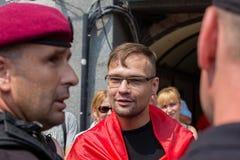 Zatrzymanie członek ochotnicza batalionowa Sich policja narodowa podczas religijnego korowodów parafianów kniaź ortodoksa Obraz Stock