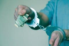 Zatrzymująca przestępca chce płacić daleko milicyjnego przedstawiciela Kajdanki na nadgarstkach zatrzymujący mężczyzna zdjęcia royalty free